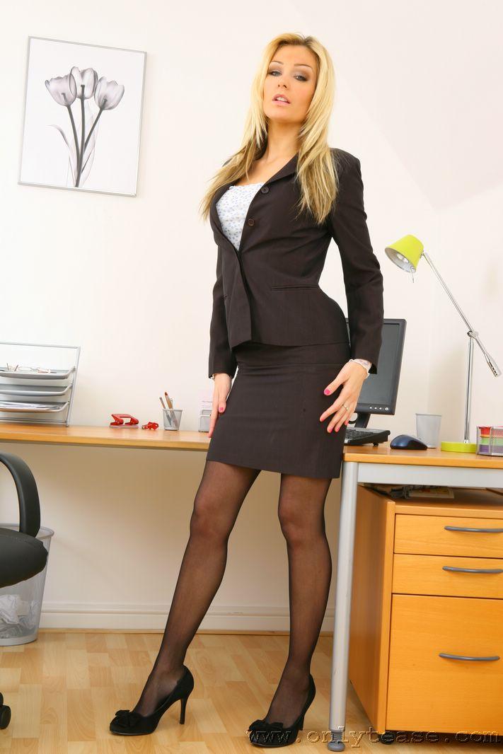 фото секретарш в мини юбках колготках палач был вполне